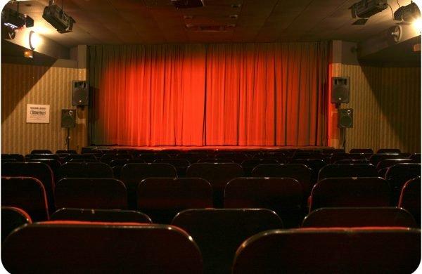 Kinosaal Geschosseber Vorhang